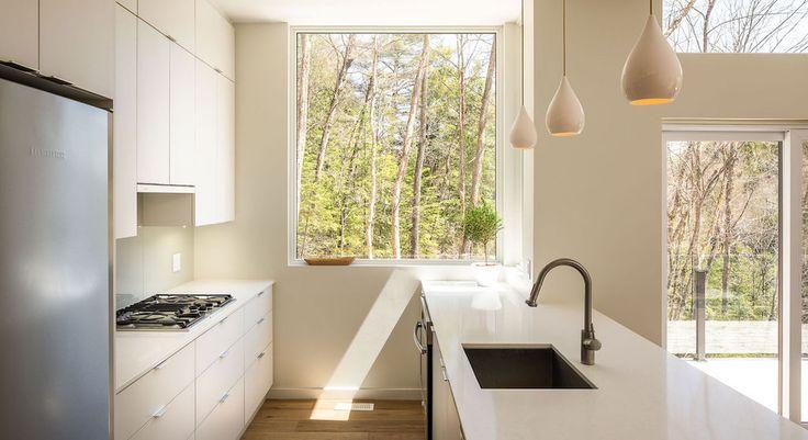 ห้องครัวอยู่ชั้นล่าง มีช่องหน้าต่างไว้รับแสงสว่างยามกลางวันโดยไม่จำเป็นที่จะต้องเปิดไฟเพิ่มเติมครับ