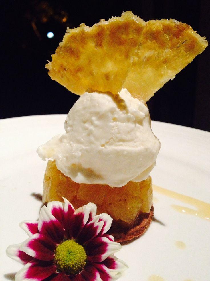 Tatìn all'ananas con gelato al cocco e decorazione di ananas fresco caramellato e fiori commestibili del trentino. By Alessadro Gandi @ilboschett0
