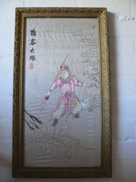 Krijger op zijde - Japan - tweede helft 20e eeuw  Afbeelding van een japanse krijger met zijn trouwe viervoeter ingelijst onder glas in een goudkleurige houten lijst (met gebruikssporen). Geborduurd op zijde waarbij meerdere borduurtechnieken zijn toepast. Zo'n 14/ 15 verschillende tinten garen. Enige lichte welvingen in het doek kleine slijtage plekjes.Zie hiervoor de foto's.Kunstwerk in lijst heeft een breedte van 37.3 cm hoogte van 66.9 cm en is 2.7 cm dik.Aangetekende verzending.  EUR…
