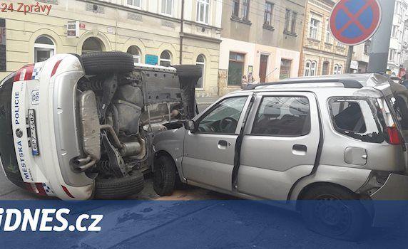 Neslyšící v Plzni narazila do policejního auta, zraněni jsou čtyři lidé