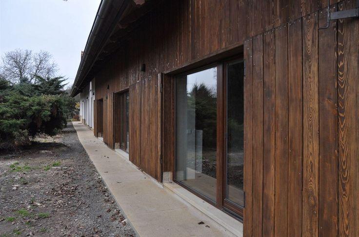 Francouzská okna umožňují přímý výstup do dvora a zahrady.
