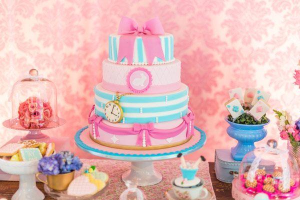 O aniversário de 1 ano da Alice não poderia ter outro tema: Alice no País das Maravilhas! A Pequenos Luxos organizou e cuidou da decoração, que ficou linda