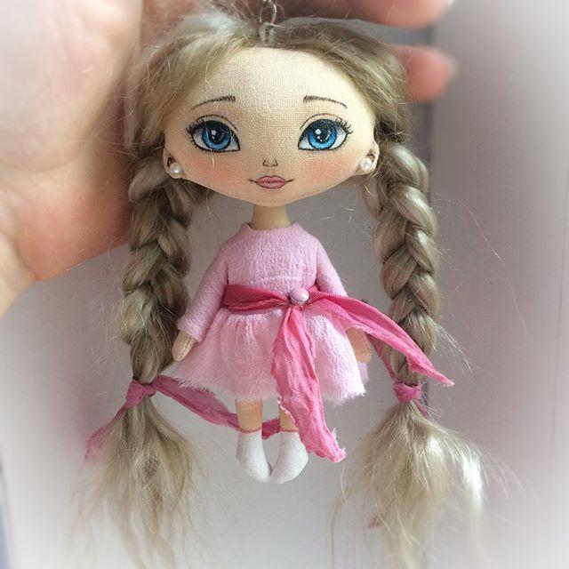 Вот она моя малюточка 💕 Ростик около 12см. Ручки двигаются, ножки нет. Волосы натуральные. Платьишко не снимается) . Стоит крошка 1200+почта. Кому девочку ?) . Doll for sale, 30$+shipping . . #куклабрелок #кукла #текстильнаякукла #авторскаякукла #кукларучнойработы #ручнаяработа #маленькая #крошка #doll #artdoll #textiledoll #clothdoll #dollstagram #handmadedoll #handmade #etsydoll #toys_gallery #helenkadollsналичие