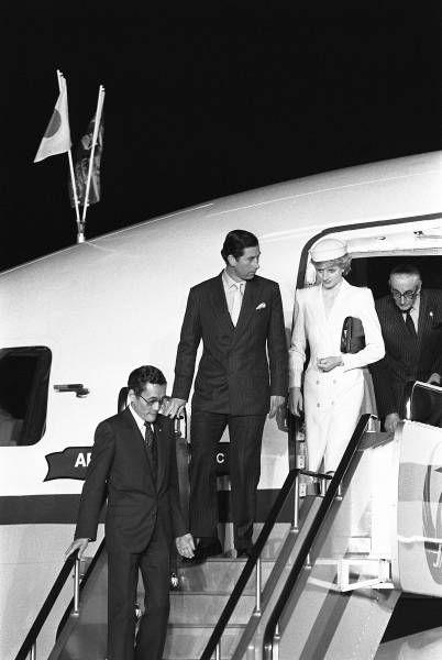 特別機のタラップを降りるイギリスのチャールズ皇太子(左から2人目)とダイアナ妃(大阪空港)