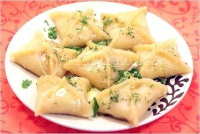 Картофельники..... Ингредиенты: 5-6 картофеля, 1 луковица, 1 морковь, 300 г муки, 1/2 стак. воды, растительное масло, зелень укроп и петрушка, перец по вкусу, соль по вкусу.