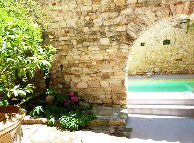 Image issue du site Web http://www.avignon-et-provence.com/maison-hotes-gard/les-remparts/img/piscine-remparts.jpg