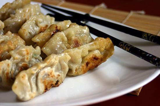 La meilleure recette de Gyoza (raviolis japonais) faits maison! L'essayer, c'est l'adopter! 4.4/5 (40 votes), 59 Commentaires. Ingrédients: Pour la pâte : 2 verres de farine à gyoza (à acheter en épicerie asiatique : « dumpling flour » à défaut on peut utiliser de la farine de blé), 1/2 verre d'eau tiède, 1 cuillère à soupe d'huile (facultatif) Pour la garniture : 200g de viande porc hachée, 2 gros poireau, un petit morceau de gingembre, 4 gousses d'ail, 6 cuillères à soupe d'huile de...
