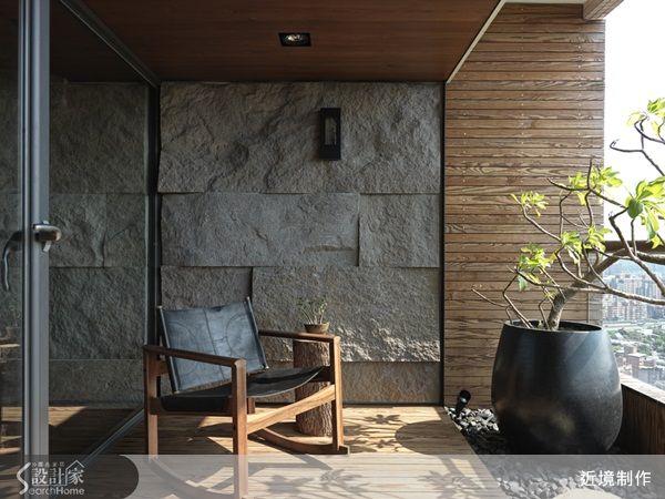 本案位於新北市汐止,45坪三房兩廳的人文自然風格設計。以粗曠的石材延伸牆面,與天光、水影、綠意相互照映,將陽台內推並以透明玻璃弱化空間的界線,搖身一變成為最佳的休憩地點;因應屋主的生活模式,將客餐區作為開放自由的空間配置,與私密空間的界定則以拉門區分;客廳的電視牆面以木皮搭配鐵件規劃,賦予空間結構之美;實木長桌上則設計一叢綠意增長出,為空間渲染出自然的綠意,並在造型燈具上以麻繩環繞,重新賦予物件的造型語彙。主要建材:石皮、薄片鏽銅磚、橡木木結木皮、茶鏡、黑鐵、古拉爵石材。