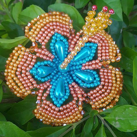 No se trata de colores, sino de transmitir sensaciones... Feliz inicio de semana! 😊❤🌺🍃 #hibiscus #papo #flores #Tembleques #paratodaocasion #artesanias #handmadehairaccessories #hechoamano #panamá #chorrera #arraiján