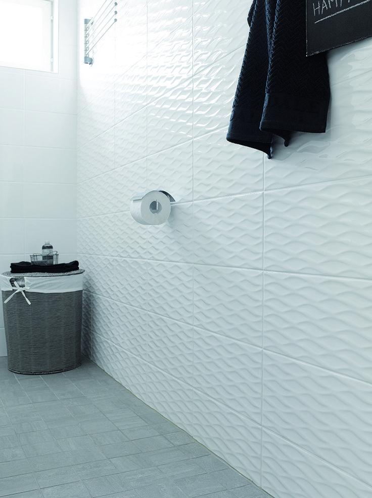 Pukkila Valkoinen, kotimainen seinälaattasarja koossa 20×40 cm. Kuvassa Aino muotolaatta, väri valkoinen.