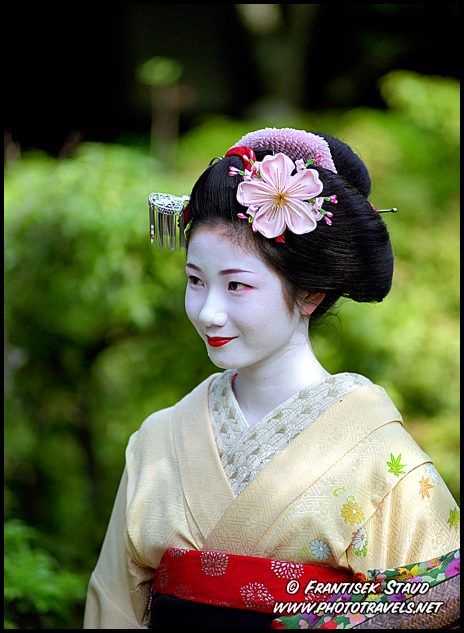 Photograph of a Maiko in a beautiful kimono. Wouldn't she make a good Yum-Yum?