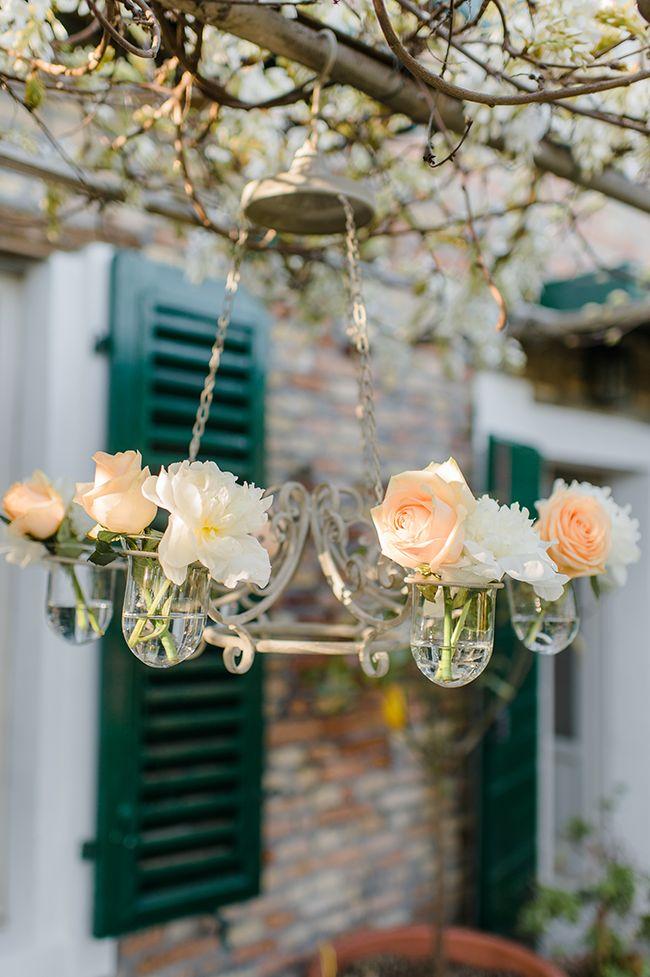 Eenvoudige maar o zo mooie hanging centerpiece // Styling: Encharm'd Weddings // Fotograaf: Alexandra Vonk