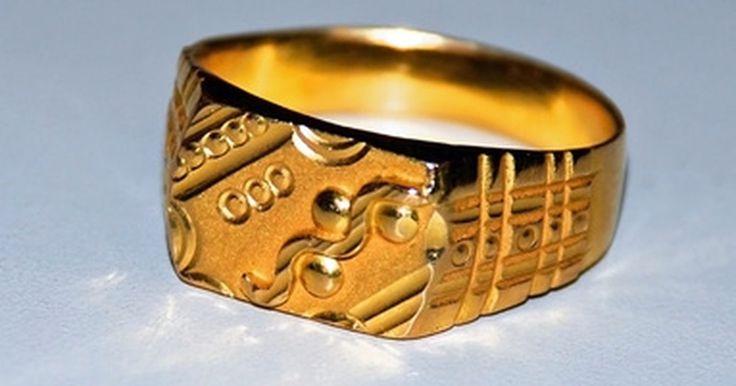Cuánto pesa un típico anillo de oro. Las joyas de oro son muy populares a la hora de vender y su valor está determinado en parte por su peso. Determinar el peso de un anillo de oro puede ser difícil, dado que estos anillos se hacen a menudo con otros materiales además del oro.