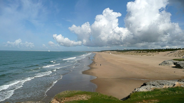 """Picture of the beach called """"la grande côte"""" at St. Palais sur mer. This beach is 7km long"""