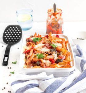 Jeśli szukasz ciekawego, prostego i pysznego przepisu na obiad - wypróbuj koniecznie ten zapiekany makaron z pieczonym bakłażanem, papryką i chorizo. Pycha!