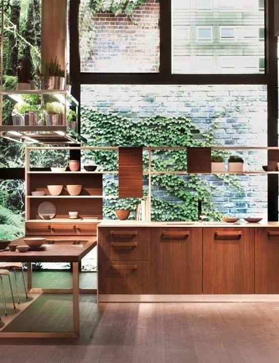 大きなガラス窓の壁に面したキッチン1