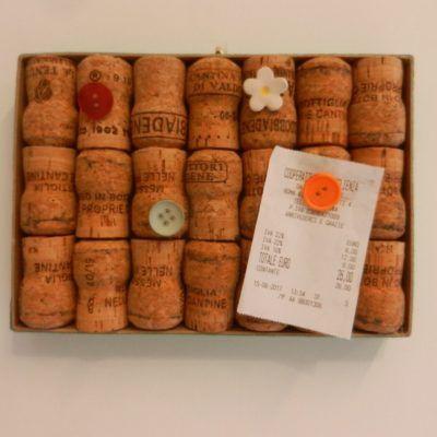 Upcycled wine cork board - handmade & fairtrade - lavagnetta porta appunti con tappi di sughero riciclati e puntine di bottoni e ceramica
