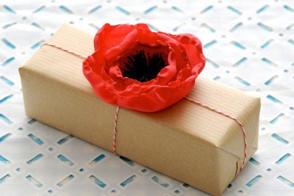 poppy wrap: Craft, Gift Wrapping, Diy'S, Gift Ideas, Fabric Poppy, Poppies, Poppy Flowers
