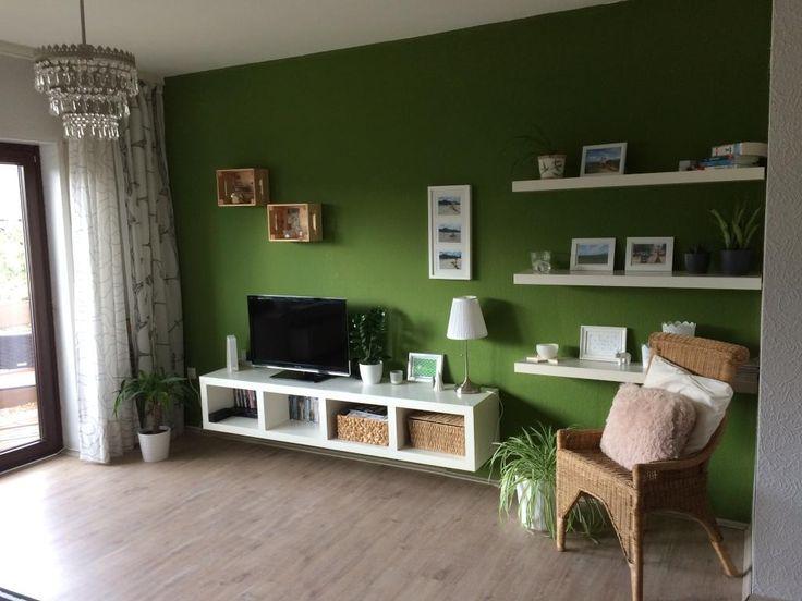 Wohnzimmer In Farbe: Die Grüne Wand Bietet Einen Tollen Kontrast Zu Den  Weißen Regalen #