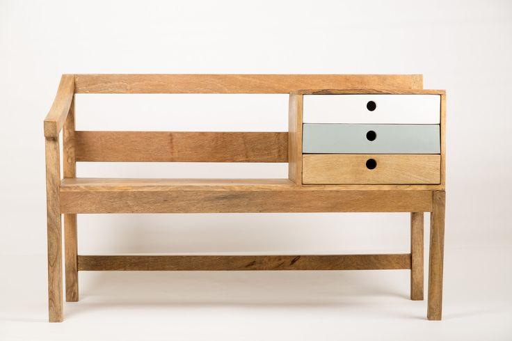 Banc d'entrée rangement, un meuble fonctionnel pour votre entrée que vous pouvez assortir avec un simple vestiaire ou un porte-manteau et réaliser une ambiance accueillante au seuil de votre demeure. Ambiance scandinave.