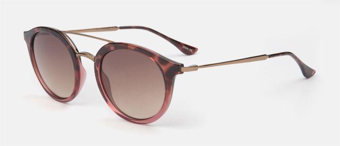 Gafas de sol unisex de pasta habana rosa en la parte superior del frente degradado a rosa, y doble puente y varillas de metal marrón, su lente es marrón degradada. Entra en multiopticas.com y pruébatelas.