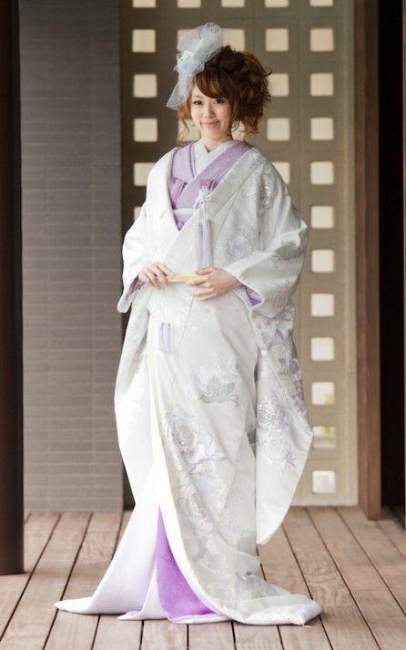 バラや蘭などの洋風モチーフを上品なラメ糸で縫い込んだ個性的な一着♪ センスがいい白無垢まとめ。モダンでおしゃれな花嫁衣装の参考に。