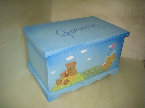 Baúl para los juguetes pintado a mano. Se personalizan con figuras recortadas de madera y ponemos el nombre . Medidas 80 x 45 x 45 cm.