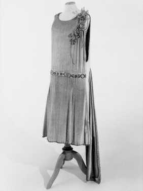 14-11-11  CMU  Tweedelige avondjapon (1927 – 1928)  Zalmkleurig velours-chiffon, garnering van zilverlamé, zilverkleurige en doorzichtige kraaltjes, strass, zilverkleurige corsage