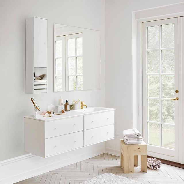Good morning☀️ Montana Bathroom in the colour Snow with an integrated sink in silk matte Rector. #montanafurniture #danishdesign #minimalism #white #bathroom #bathroomdecor #homedecor #interiordesign #badeværelse #baderom