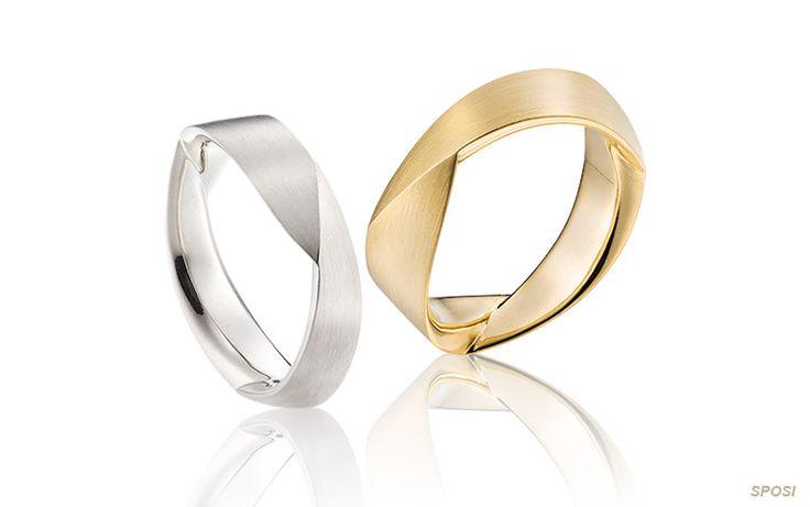 Moderne trouwringen met een twist! Door de opvallende slag in het goud speelt dit ontwerp met licht en hoogteverschil. Een designring die de aandacht trekt...