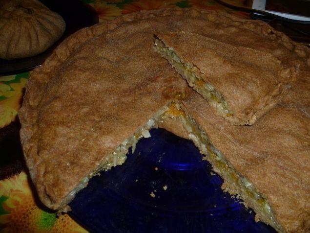 пирог капустный, любимая начинка: капуста рубленая, морковь натерла на крупной терке, репчатый лук, поперчила, посыпала вместо соли приправой Вегетта