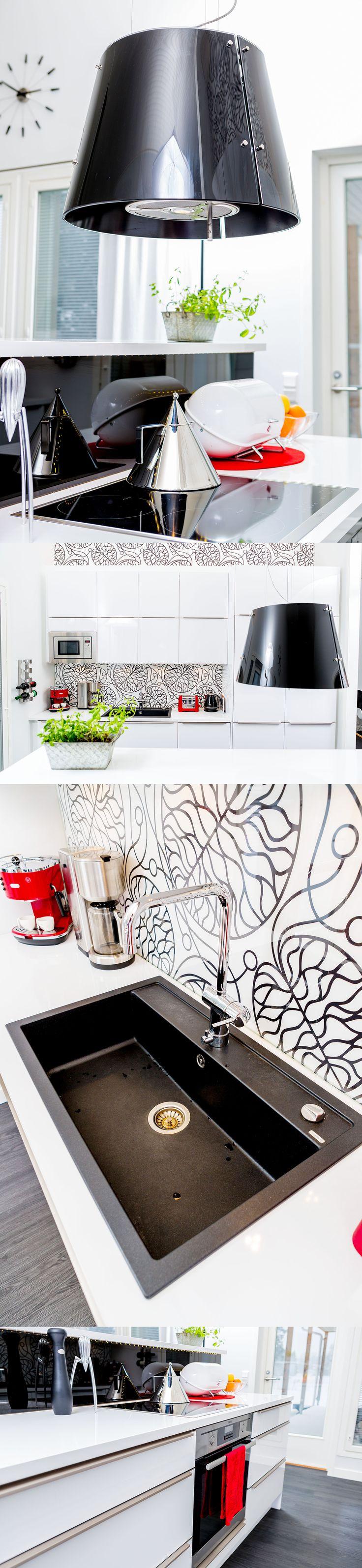 Mustaa ja valkoisa Unique Home -keittiössä.