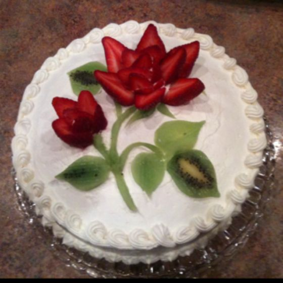Cake decorated with strawberries and kiwi