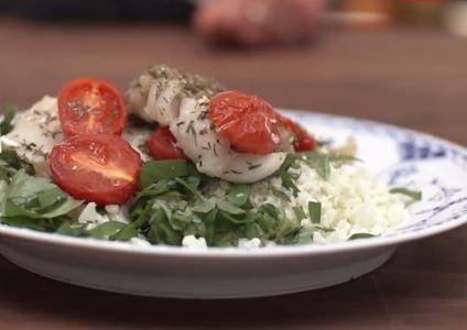 Opskrift til aftensmad under 5:2 Kuren: Bagt torsk med blomkålsris (247 kalorier)