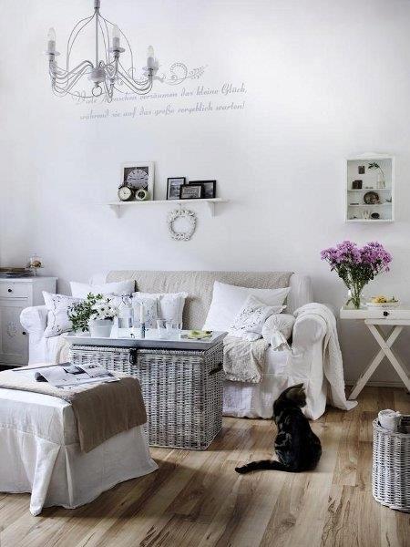 Perfetto! Pavimento legno, parete bianca, divano in lino con coperta tortora, baule come tavolino