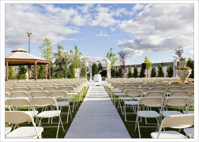 Plaza Volare offers many brides and grooms different options to host their own unique event. Here is an outdoor ceremony.