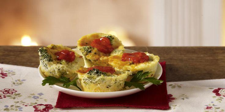 Mini-Quiche Bróculos Cheddar// 3/4 xícara de queijo cheddar ralado afiada-  3/4 xícara picada brócolis cozido-  1 colher de chá de cebola ralada-  1 ovo grande-  1/2 colher de chá de mostarda seca-  1/2 xícara de creme de leite-  2 colheres de sopa de queijo parmesão ralado-