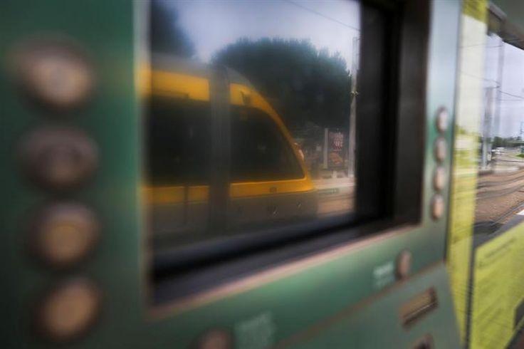 Uma colisão entre uma carrinha de mercadorias e uma composição do metro, ocorrida esta sexta-feira em Vila do Conde, provocou um ferido e cortou durante cerca de 40 minutos a circulação da Linha Vermelha (Estádio do Dragão/Póvoa de Varzim) nos dois sentidos.