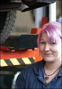 Autoalan koulutus on käytännön läheistä. Opiskelijat työskentelevät oppilaitoksen omassa korjaamossa ja palvelevat asiakkaita korjaamon aukioloaikoina.