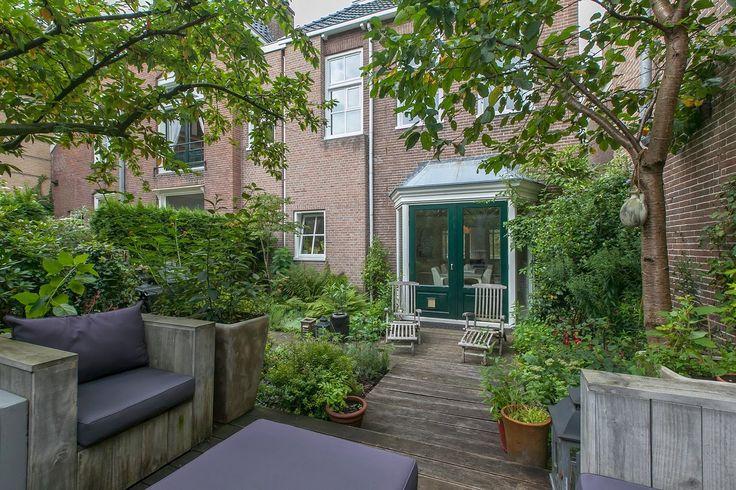 tuin met zicht op openslaande tuindeuren in de eetkamer