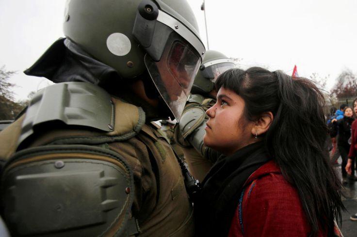 Das Mädchen, das einen Bereitschaftspolizisten während eines Protestes in Chile angestarrt hat, um ihn daran zu erinnern, was das Land verloren hat.