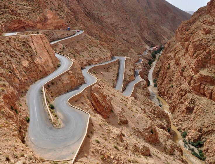 Les gorges du Dadès (Maroc) Les gorges du fleuve Dadès sont situées entre les montagnes du Haut Atlas et le Jbel Saghro, sommet culminant à plus de 2700m.
