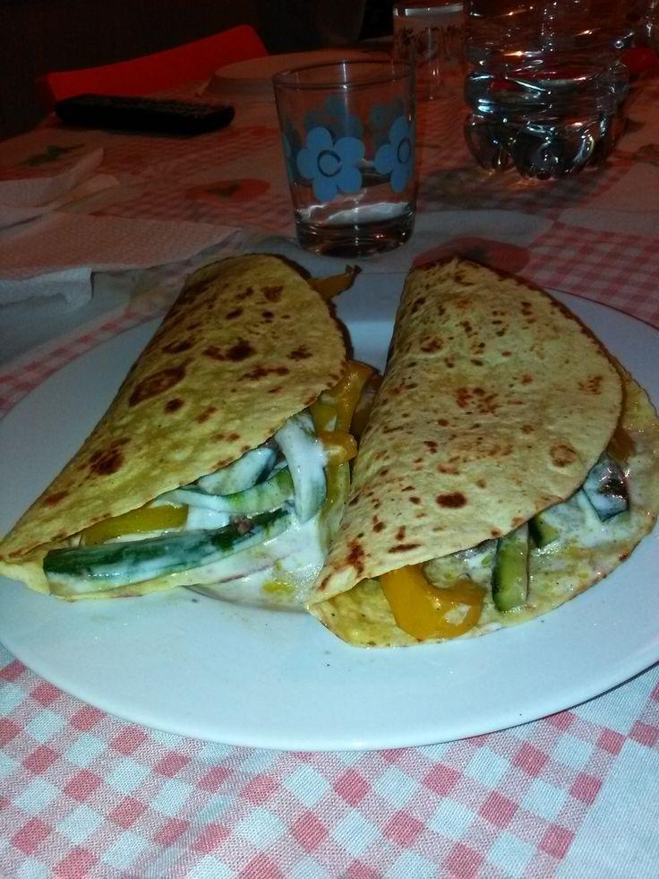 Tacos+ripieni+di+peperoni+rossi+e+peperoni+gialli+speziati,+carne+macinata+e+yogurt+bianco+condito+home-made