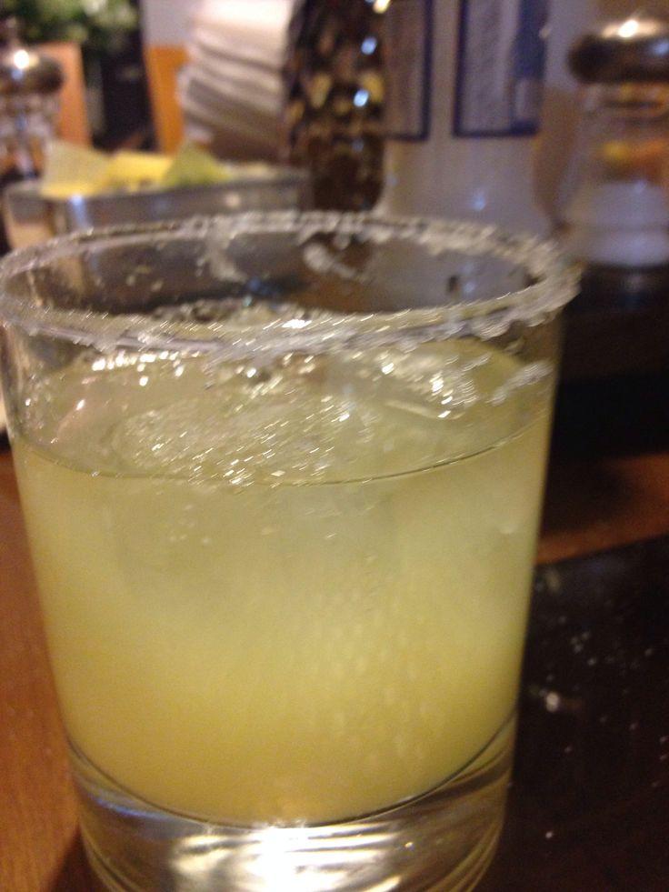 Vaso corto escarchado mucho limón hielos y un caballito de tequila