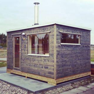 Nu har vi ställt upp denna Frank bastustuga på husvisning hos Nybygget utanför Arlanda. #nybygget @nybygget #bastuflotte #bastustuga #sauna #saunahouse #marinbastun #gårdsbastu #bastuhus