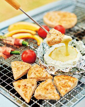 カマンベールチーズで作る即席チーズフォンデュ。アルミにのせて簡単に作れます。みんなでワイワイ食べたいですね。 #BBQ