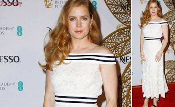 Styl podle celebrit: Pořiďte si na jaro bílé šaty jako Amy Adams