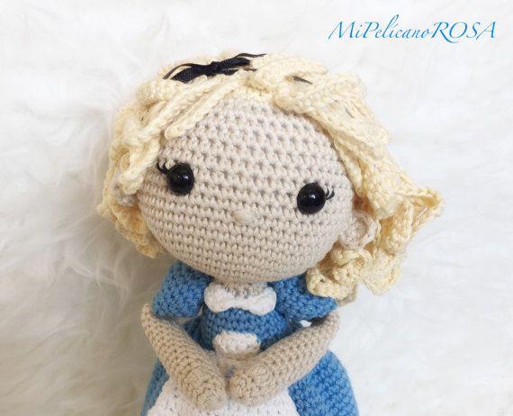 Suave y delicada, esta muñeca Alicia es un pequeño tesoro y resultará una magnífica compañía en los viajes y en los juegos diarios. Es totalmente personalizable, puedes escoger el color del vestido, adornos, o añadir algún otro detalle. Solo tienes que enviarme un mensaje. -