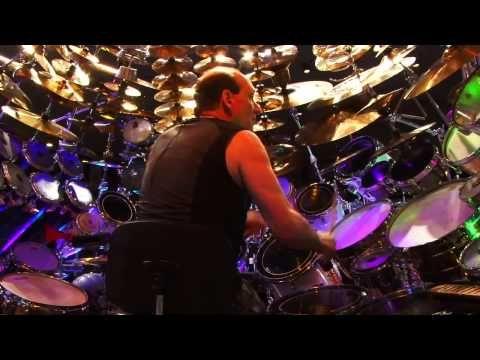 Вот мы и продолжаем тему барабанов. Не далее как вчера, мы ознакомили вас с мировым рекордсменом - самой большой в мире барабанной установкой. Сегодня, предлагаем взглянуть на нее с разных ракурсов, и услышать её.  http//artscenter1.com