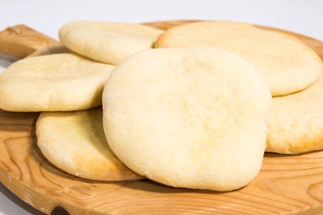 Il pane arabo è un pane molto morbido, realizzato con o senza lievito, usato in Medio Oriente anche farcito per dei gustosi kebab. Scopriamo insieme come preparare il vero pane arabo fatto in casa e le sue varianti.